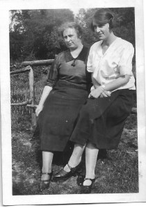 Edith and her daughter Dora in 1925