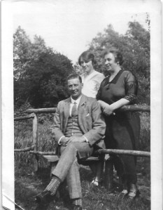 Ernest and Edith Cleeve with their daugher, Dora in 1925