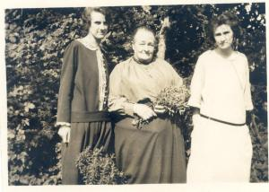 24 August 1925 Grace, Agnes (mother) and Olive Cleeve left to right. Dummer, Hampshire