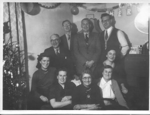 clockwise Ltor Enid May Dinnis, Sue's grandad, Gordon Dinnis, Jack Dinnis, Ron Dinnis, Margaret Dinnis, Annie Dinnis, Mrs Arkell Sue's grandmother, Nancy Arkell who is pregnant with Sue